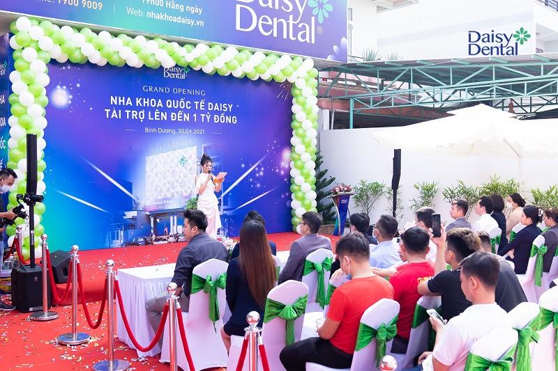Sự kiện khai trương Nha khoa Quốc tế Daisy - Bình Dương quy tụ hàng trăm khách mời đến tham dự.
