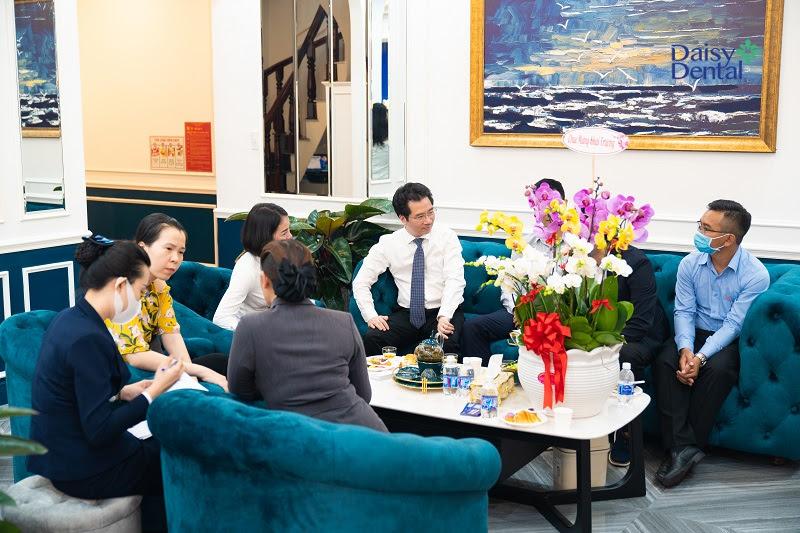 Dù kín khách sau vài phút khai trương nhưng đội ngũ nhân viên vẫn đảm bảo khâu tiếp đón, tư vấn và hướng dẫn sử dụng dịch vụ tốt nhất.