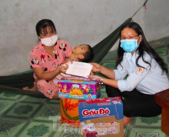 Hội đồng Đội tỉnh Bình Phước trao quà cho thiếu nhi mắc bệnh hiểm nghèo