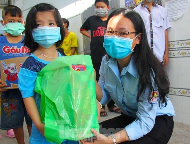 Tặng quà cho thiếu nhi tại tỉnh Bình Phước