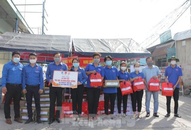 Tỉnh đoàn Bình Dương trao quà và động viên tinh thần lực lượng Đoàn thanh niên tham gia phòng, chống dịch khu vực phong tỏa