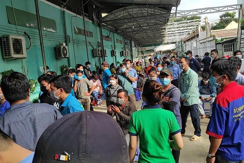 Người dân chen lấn chờ lấy mẫu test nhanh COVID-19 tại bệnh viện đa khoa Ngọc Hồng trong sáng 7-7. Ảnh: KD