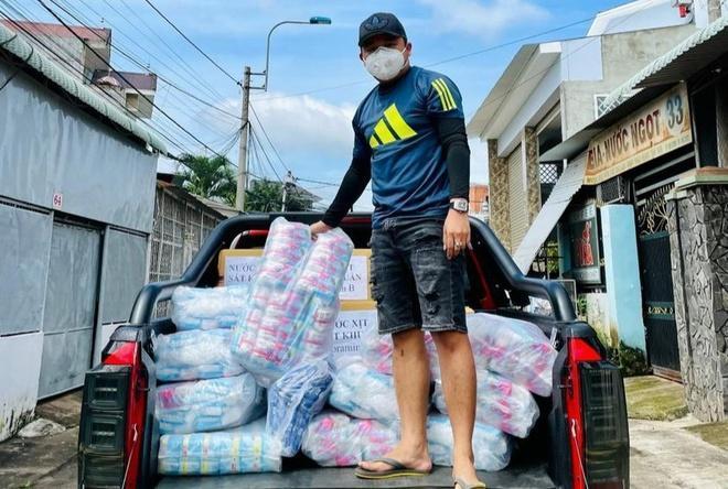 Anh Trọng gửi tặng băng vệ sinh cho các chị em ở 28 chốt phong tỏa ở Đồng Nai.