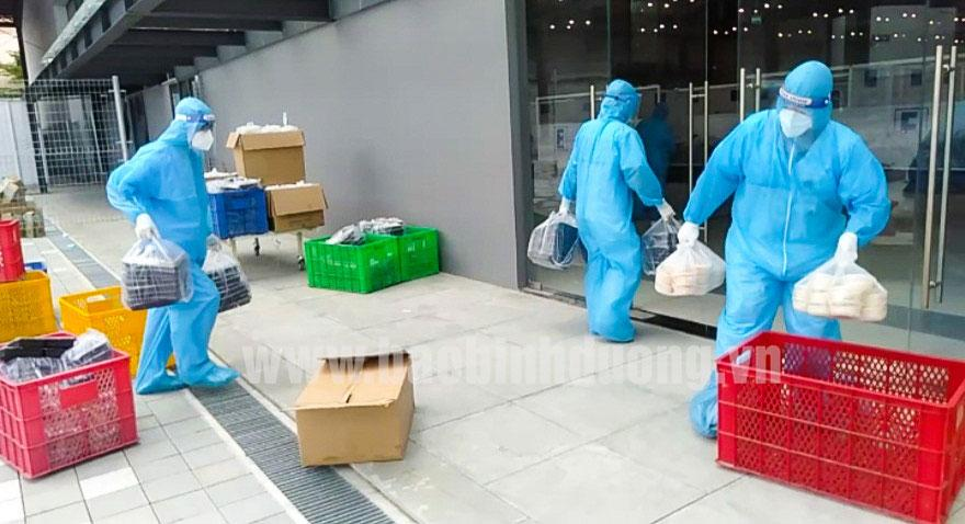 Đội ngũ cán cán bộ y, bác sĩ tình nguyện viên chuẩn bị mang thức ăn phục vụ F0 trong Bệnh viện
