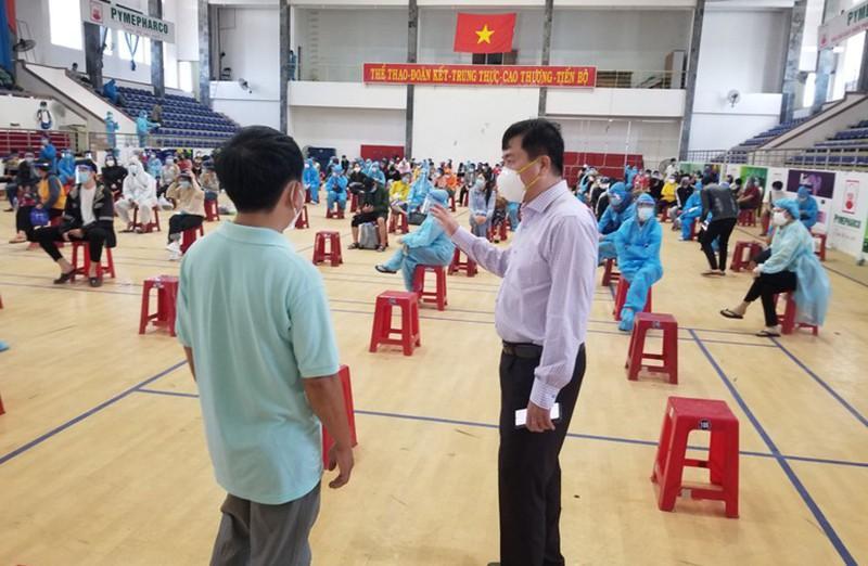 Ông Trần Hữu Thế, Chủ tịch UBND tỉnh Phú Yên (phải) đến thăm hỏi, chỉ đạo công tác tiếp nhận, lấy mẫu xét nghiệm người dân được đưa về từ TP.HCM. Ảnh: MÃ PHONG