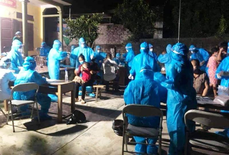 Ngành y tế lấy mẫu xét nghiệm cho người dân huyện Quỳnh Lưu (Nghệ An).