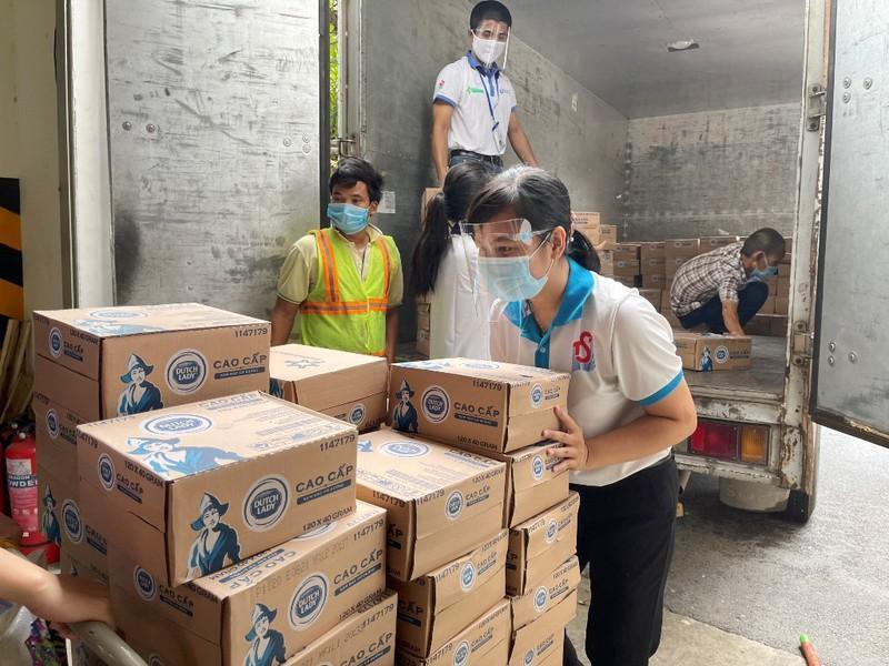 Những chuyến hàng đầy ắp yêu thương chuyển về MTTQ Việt Nam TP.HCM để chăm sóc dinh dưỡng cho tuyến đầu chống dịch