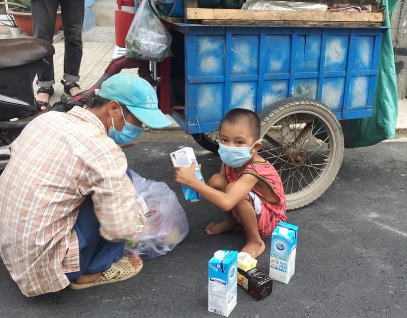 Những phần quà yêu thương dành cho người nghèo, người vô gia cư với thông điệp không để ai bị bỏ lại phía sau trong cuộc chiến chống dịch COVID-19