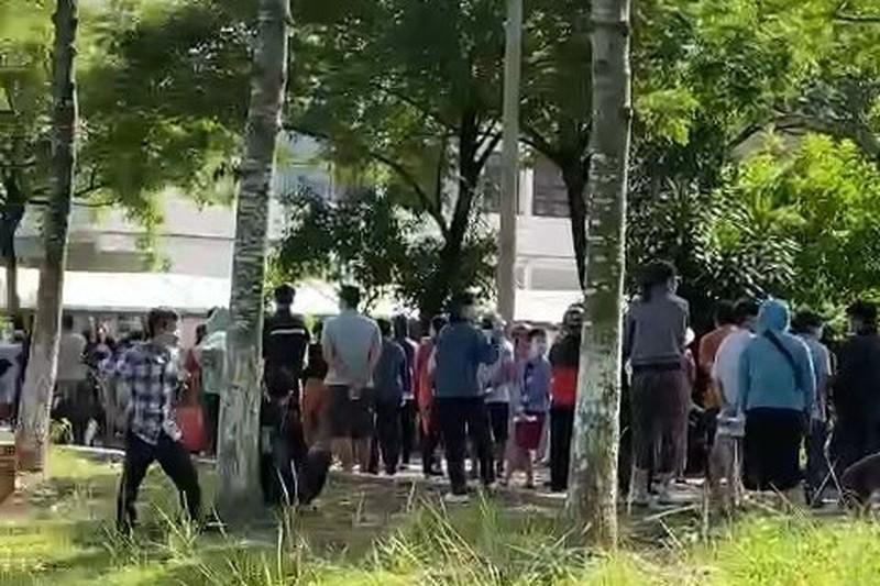 Người dân đi test nhanh COVID-19 tại phường Phú Mỹ, TP Thủ Dầu Một vào ngày 29-7 rất đông và không giữ khoảng cách. Ảnh: Người dân cung cấp