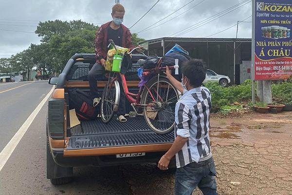 2 anh em được một người dân chở bằng ôtô về hết địa phận tỉnh Đăk Nông.