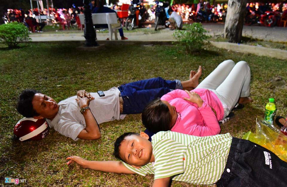 Anh Dương Ngọc Hiền (Châu Thành, Tiền Giang) cho hay hai vợ chồng và con trai nằm nghỉ hơn 1 tiếng đồng hồ bên chân cầu Bến Lức nhưng ngoài đường vật chật kín xe cộ kẹt cứng.