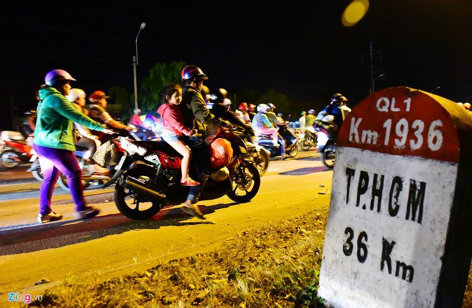 Cách trung tâm TP.HCM hơn 30 km nhưng xe của vợ chồng chị Trịnh Kim Phương bị chết máy, chồng phải nổ máy, vợ đẩy nhưng không được đành phải tấp vào bên đường nghỉ ngơi.