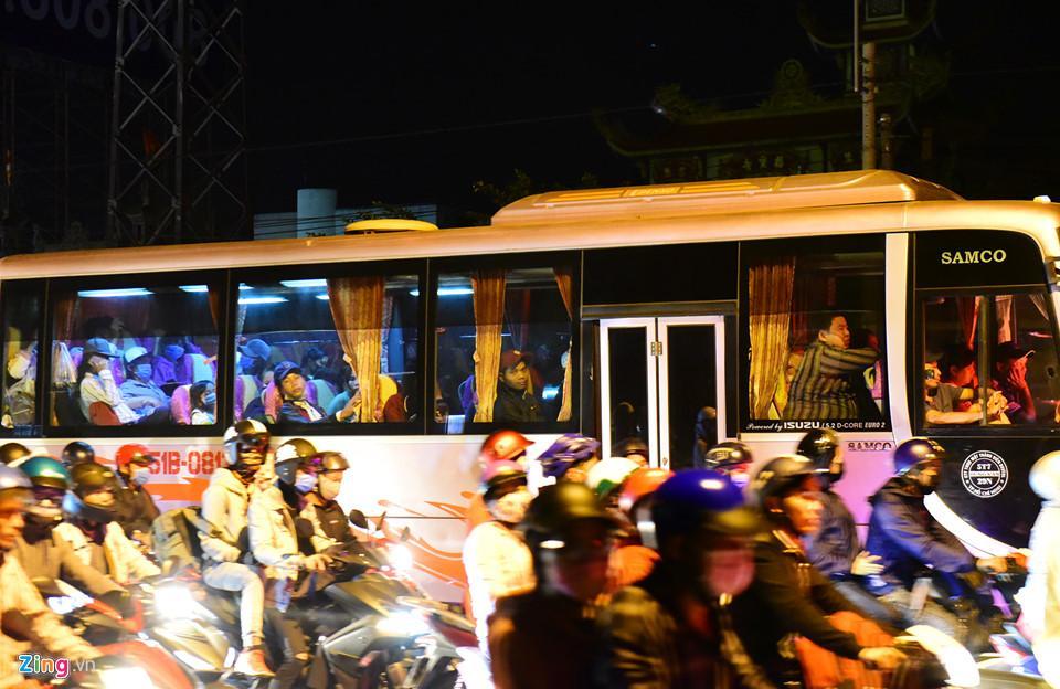 Những người di chuyển bằng xe khách cũng bị kẹt cứng, mệt mỏi trên đường trở lại TP.HCM.