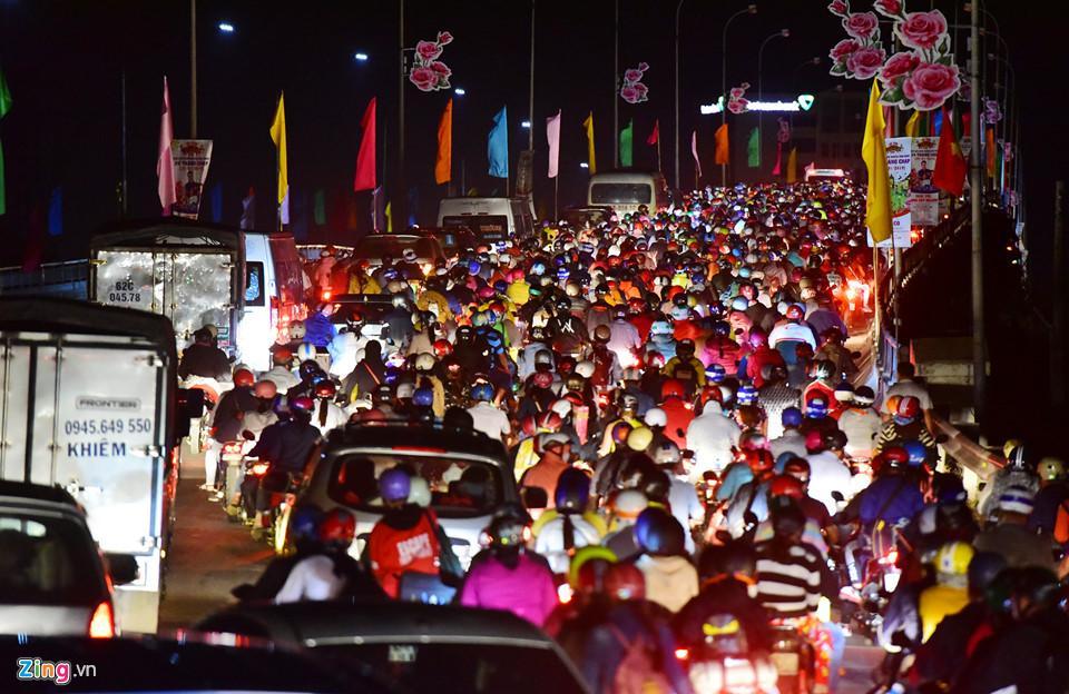 Cầu Bến Lức trở thành nút thắt cổ chai khiến kẹt xe kéo dài nhiều km. Theo người dân nơi đây, từ sáng đến khuya mùng 6 Tết, khu vực này luôn trong tình trạng kẹt cứng.