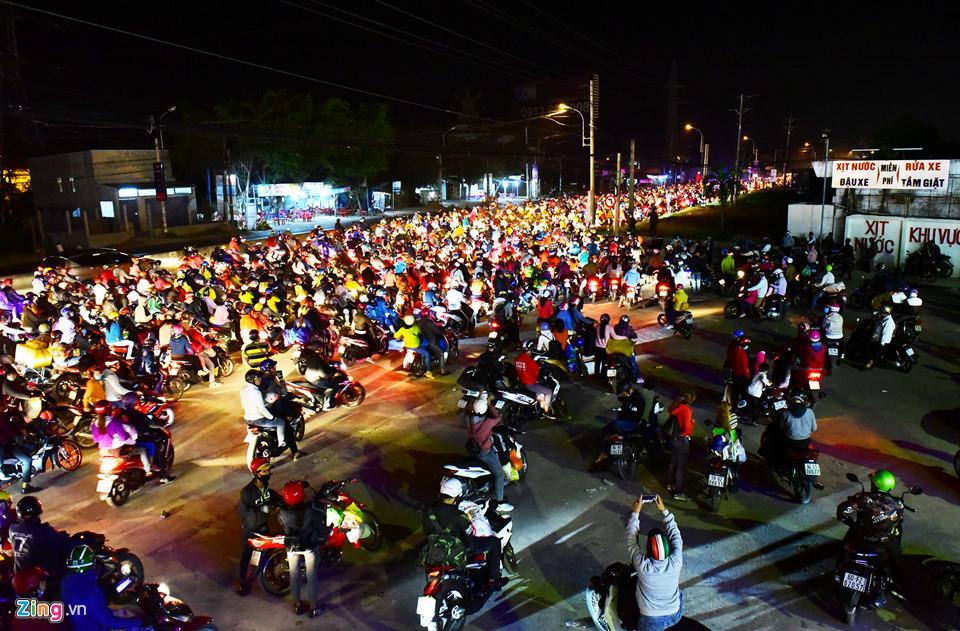 Những khu vực trống, thoáng trở thành nơi dừng chân nghỉ ngơi, chờ hết kẹt xe cho rất nhiều người sau nhiều giờ di chuyển xe máy.
