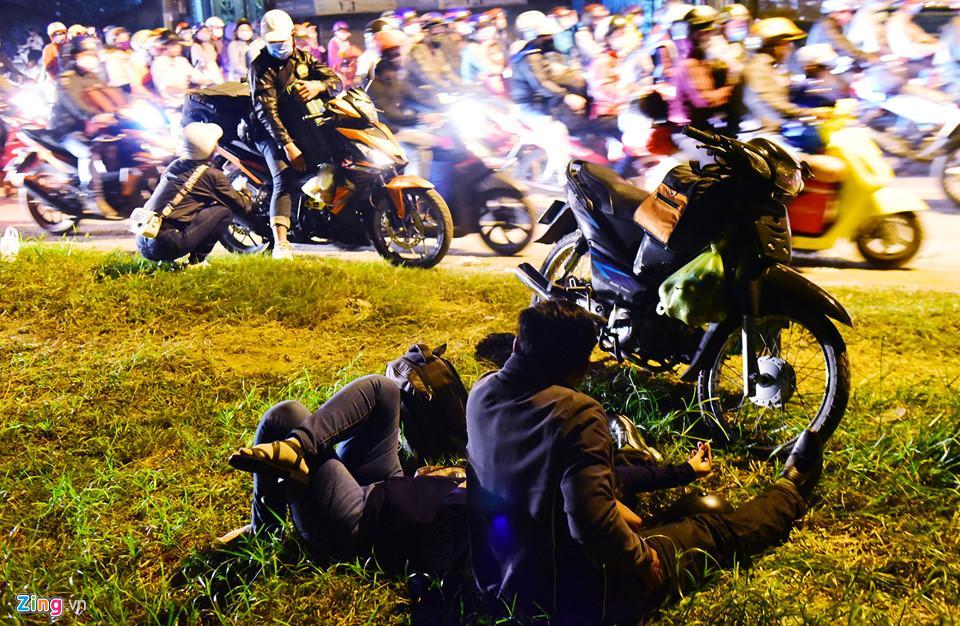 Một số người dừng xe nay trước bãi cỏ của các công ty nằm vật vạ, ngủ tạm.