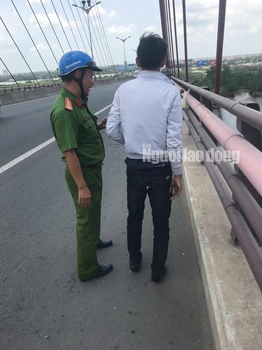 Cán bộ Công an phường Hưng Phú khuyên nhủ anh Đ.