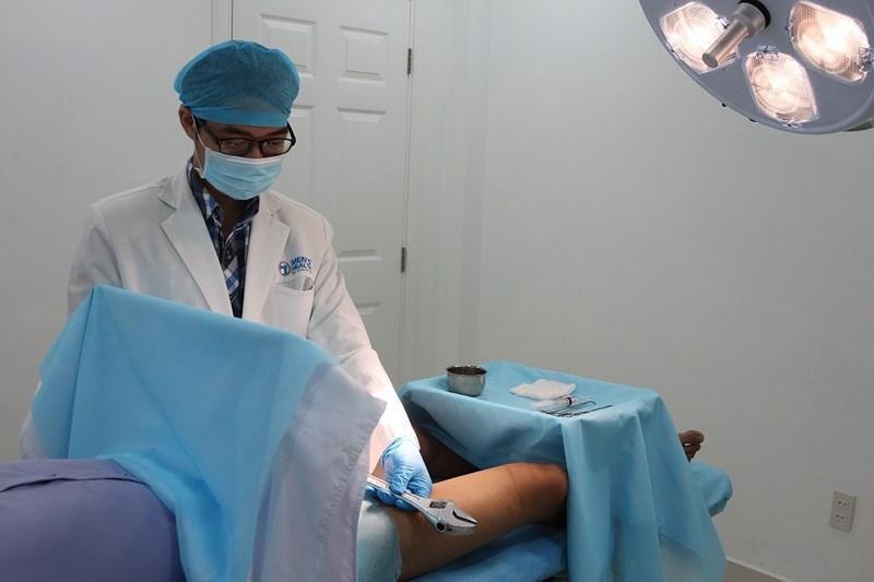 Nam thanh niên nhập viện vì thủ d.âm bằng mỏ lết