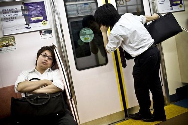 Áp lực công việc hiện tại khiến nhiều người cảm thấy mệt mỏi và chán chường.