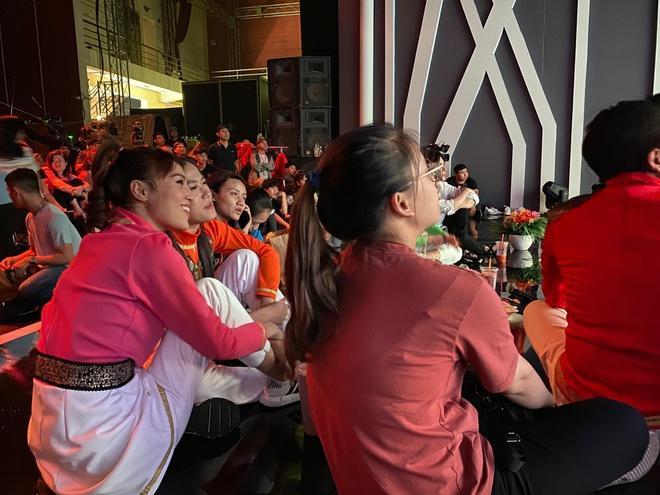 Lan Ngọc cùng các nghệ sĩ và khán giả đã dừng quay để theo dõi trận đấu.