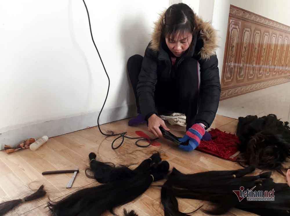 Chị Phương (xã Hồng Đà) làm tóc sau khi thu mua.