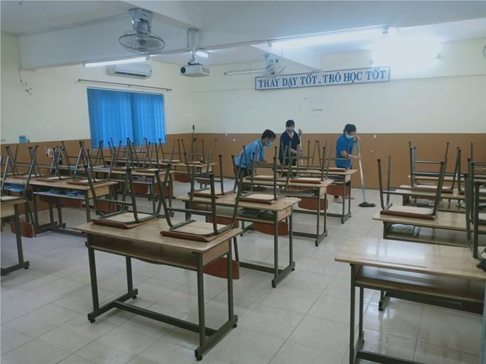 Các trường đang tích cực dọn dẹp để đón học sinh đi học lại, nhưng nhiều phụ huynh vẫn không yên tâm