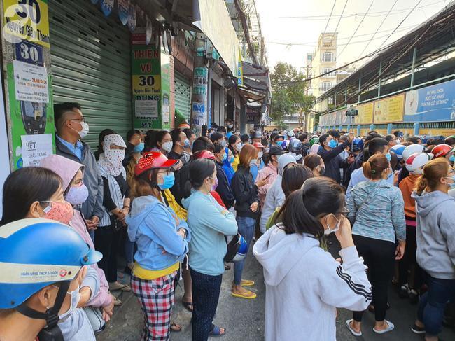 Tụ tập nơi đông người, ai cũng đeo khẩu trang để tránh nhiễm bệnh.