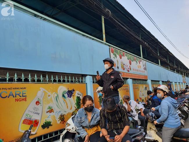 Hàng dài xe máy đậu sát đường để người dân đi bộ vào mua khẩu trang.