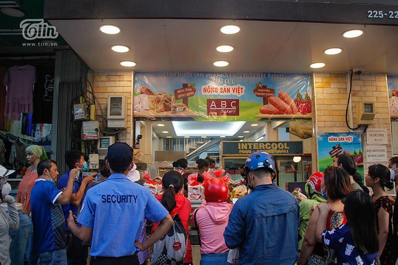 Người dân xếp hàng dài chờ mua bánh mì thanh long trên đường Nguyễn Trãi, quận 5