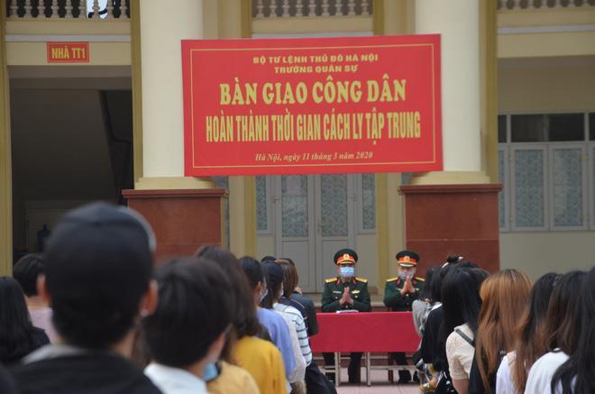 Bộ Tư lệnh Thủ đô Hà Nội tiếp tục bàn giao công dân đủ thời hạn cách ly tập trung.