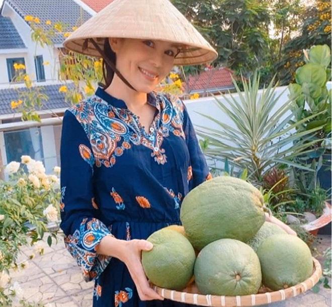 Những lúc rảnh rỗi và ở nhà, Dạ Thảo ăn vận khá giản dị và thường xuyên tự dọn dẹp vườn cây.