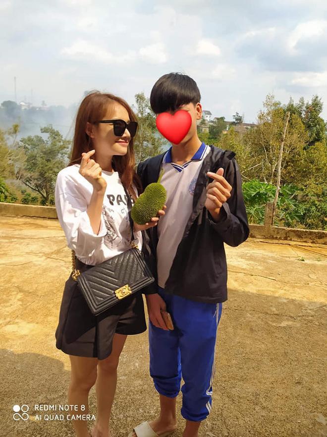 Mặc dù trời nắng gắt, tuy nhiên bà xã Trường Giang vẫn rất thân thiện và vui vẻ chụp ảnh cùng khán giả (Ảnh: Phú Quý)