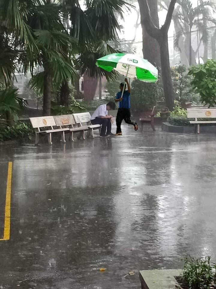 Còn thanh niên này thất tình được hẳn chú bảo vệ cầm ô chạy tới che mưa cho nhé (Ảnh: FB K.S.C)