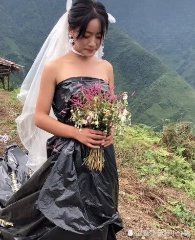 Trên tay cô dâu là bó hoa dại chú rể tự tay hái.