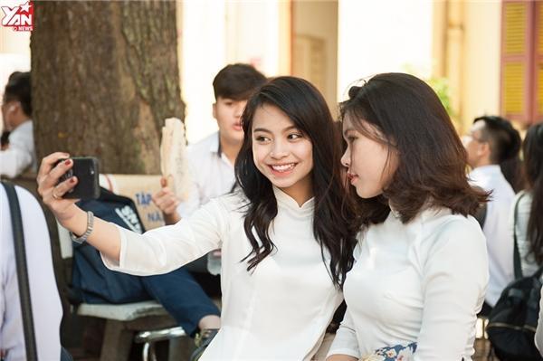 Cùng nhau chụp ảnh lưu giữ những khoảng khắc đẹp khi còn là học sinh dưới mái trường.