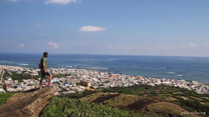 Bức ảnh được Phạm Lương, phượt thủ đến từ TP HCM, chụp tại vách đá ở đảo Phú Quý, Bình Thuận. Đây là nơi được nhiều du khách lựa chọn chinh phục để ngắm toàn cảnh Cù lao Thu. Bạn di chuyển đến chân núi Cao Cát sau đó đi bộ theo các bậc thang bằng đá để lên chùa Linh Sơn và đỉnh núi. Ảnh: Phạm Lương.