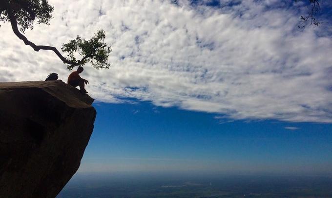 Tại nóc nhà Đông Nam Bộ, núi Bà Đen, ở Tây Ninh, blogger du lịch Lê Xuân Cường (Cường Lỳ) cũng tiết lộ một điểm chụp hình mạo hiểm khác. Anh cho biết mỏm đá này còn được gọi là mỏm đầu rùa ở núi Bà Đen. Mỏm đá nằm trên đường từ chùa Bà lên đỉnh núi. Bạn có thể đến bằng cách đi từ đường Chùa lên khoảng một tiếng. Cường cũng lưu ý mỏm đá này khá nguy hiểm nên bạn phải hết sức cẩn thận khi chụp ảnh. Ảnh: Cường Lỳ.