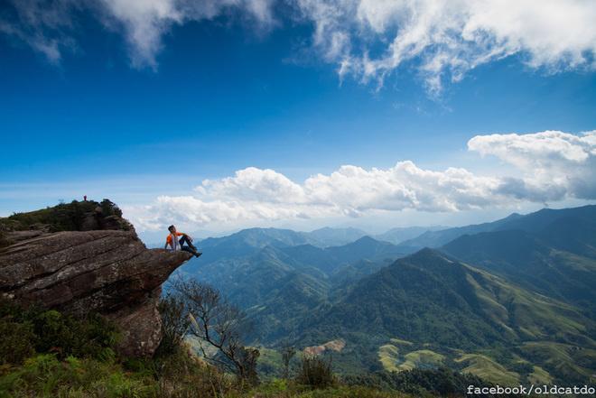 Mỏm đá ở Pha Luông, Sơn La là nổi tiếng nhất và được biết đến từ lâu. Đỉnh Pha Luông cách Mộc Châu 70 km, nằm ở độ cao gần 2.000 m. Từ đỉnh Pha Luông, du khách có thể nhìn thấy ranh giới tự nhiên giữa Việt Nam và Lào. Ảnh: Mèo Già.
