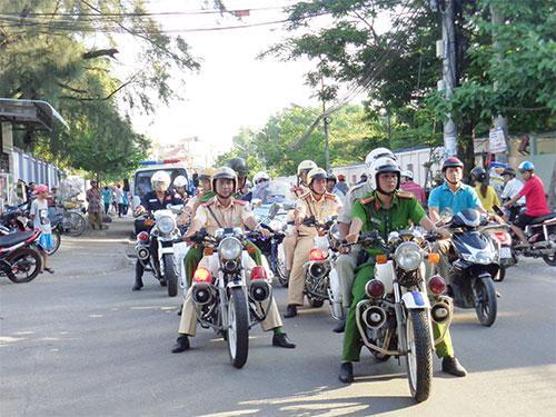 Các lực lượng của Công an TP. Phan Thiết và phường Mũi Né diễu hành