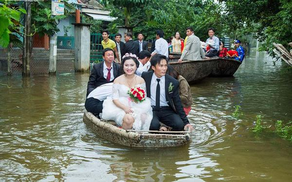 Và cả rước dâu bằng thuyền như thế này, ai cũng mon