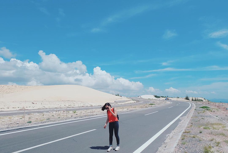 Bàu Trắng là địa điểm từng xuất hiện trong rất nhiều MV ca nhạc đình đám Việt Nam. Với cảnh sắc cực đẹp, con đường ven biển này được dân phượt mệnh danh là