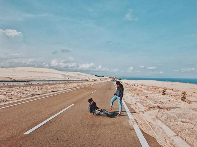 """Trên con đường dẫn tới Bàu Trắng, thi thoảng bạn sẽ nhìn thấy những cụm cỏ lơ thơ, một vài cái cây xanh nhưng khá """"lùn"""", chính điều đó lại làm nên chất riêng của nơi đây, góp phần khiến cảnh quan trông giống như sa mạc Sahara."""