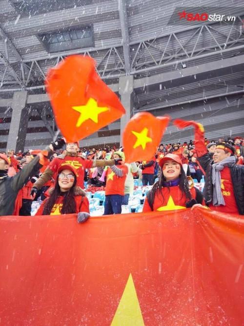 CĐV Việt Nam cổ vũ hết mình sân Olympic Thường Châu.