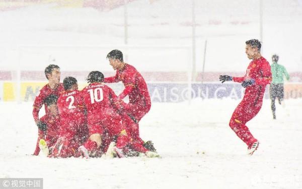 Niềm vui của U23 Việt Nam sau khi Quang Hải ghi bàn.