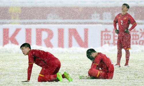 Các cầu thủ U23 Việt Nam tiếc nuối sau trận thua ở chung kết. Ảnh: OS.