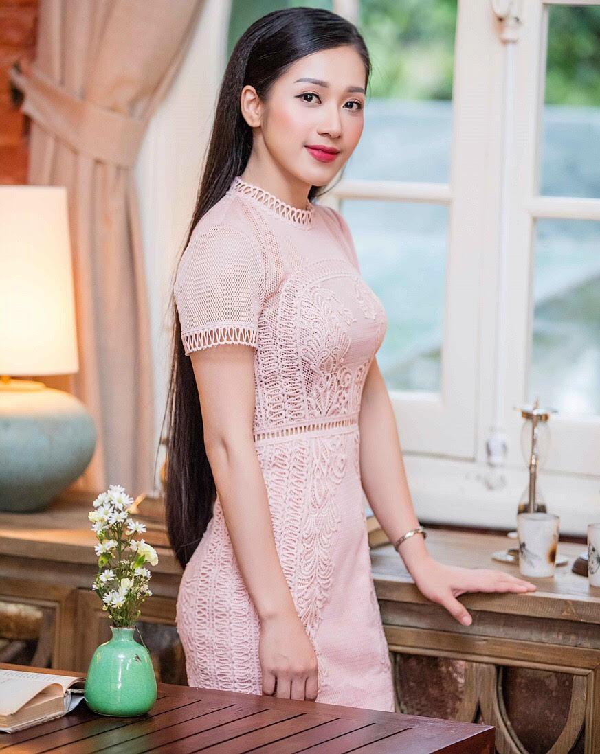 Hellen Thủy tên thật là Kim Thủy, sinh năm 1993 tại Bình Thuận.