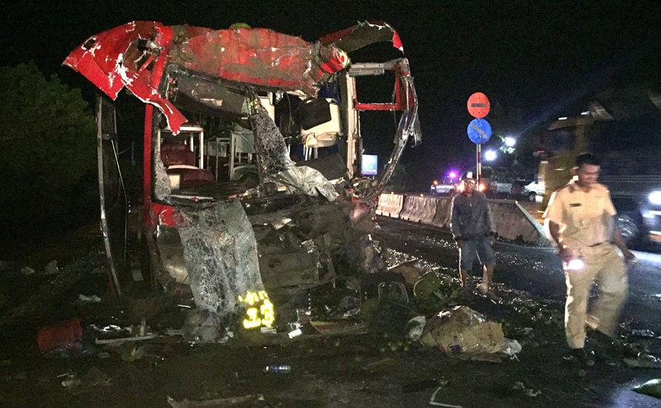 Tài xế và 11 hành khách bị thương nặng
