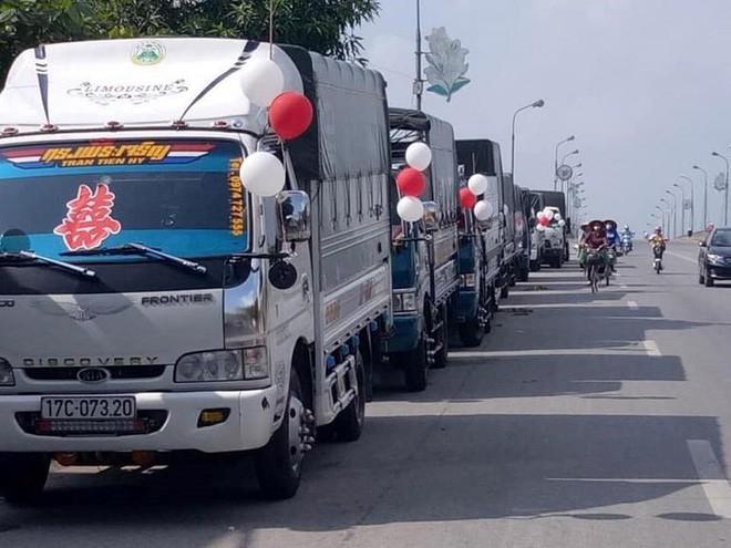 Đoàn xe tải trên đường đi đón dâu ở Thái Bình. (Ảnh do nhân vật cung cấp)