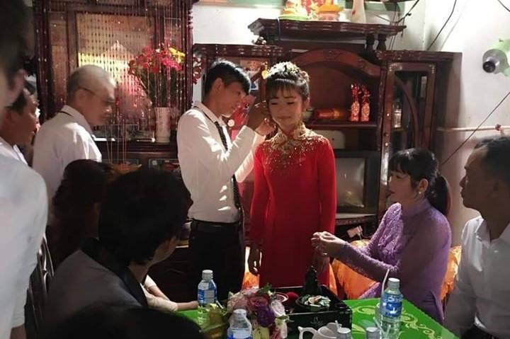 Chú rể trao vàng cho cô dâu trước sự chứng kiến của gia đình - Ảnh: FB