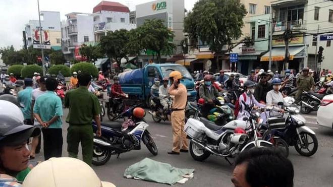 Lực lượng chức năng có mặt giữ hiện trường, điều tiết giao thông.